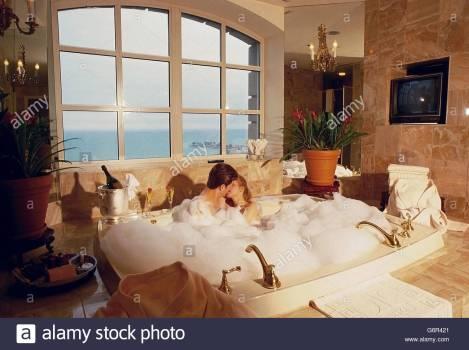 couple-in-bubble-bath-G6R421